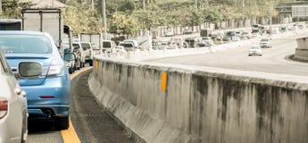 Blå bil i den dåliga trafikvägen Royaltyfria Bilder