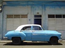 Blå bil i Kuba Royaltyfria Bilder