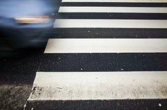 Blå bil i rörelse och övergångsställe fotografering för bildbyråer