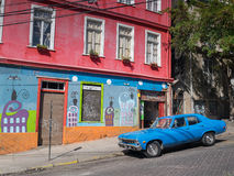 Blå bil i Valparaiso, Chile Arkivbilder