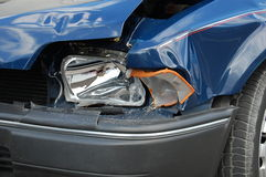blå bil kraschad billykta Royaltyfri Bild