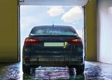 Blå bil på biltvätt Arkivfoton