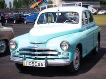 Blå bil Pobeda Arkivfoto