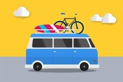 Blå bil som är retro med surfingbräda- och cykelsommar, Van Car Travel Bakgrund för design för vektorillustrationlägenhet Arkivfoto