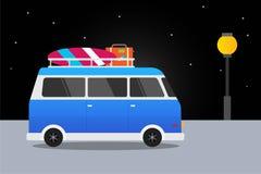 Blå bil som är retro med surfingbrädan och resväskor sommar, billopp Bakgrund för design för vektorillustrationlägenhet Royaltyfri Foto