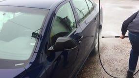 Blå biltvätt genom att använda högtryckvattenstrålen lager videofilmer