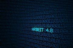 Blå binär kod på skärmen med ordet ARBEIT 4 Arkivbild