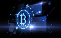 Blå bitcoinprojektion över svart bakgrund Royaltyfri Foto