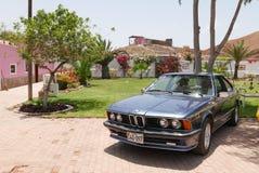 Blå BMW 635 CSI kupé som ställs ut på söder av Lima royaltyfri fotografi