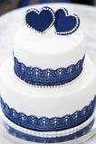 Blå bröllopstårta för vit med hjärtor royaltyfri foto