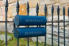 blå brevlåda royaltyfri bild