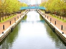 Blå bro över härligt vatten Arkivfoto