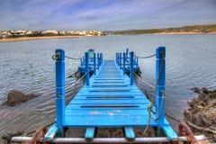Blå bro över vattnet Arkivfoto