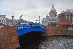 Blå bro och St Isaac& x27; s-fyrkant i St Petersburg, Ryssland Arkivfoto