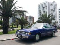 Blå Broughamsedan för Ford AB i en parkera av Lima Royaltyfria Foton
