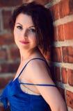 blå brunett synad stående Arkivfoto