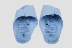 Blå brunnsorthäftklammermataremassage för hälsa på en grå bakgrund Fotografering för Bildbyråer