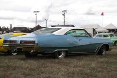 Blå Buick vildkatt arkivbilder