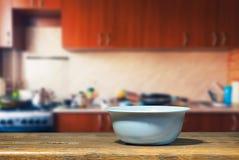 Blå bunke på köksbordet Fotografering för Bildbyråer