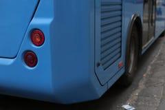 Blå bussparkering på hållplatsen under dag Fotografering för Bildbyråer