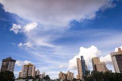 blå byggnad över skyen arkivbilder