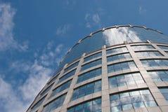 blå byggnad reflekterade skyfönster Royaltyfri Fotografi