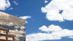 blå byggnadskontorssky Arkivbild