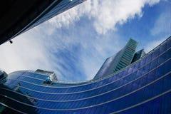 blå byggnadsmodersky Arkivfoto