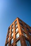 blå byggnadsskyvertical Arkivfoto