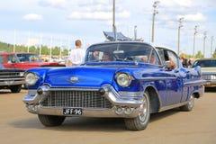 Blå Cadillac för klassiker serie 62 i en show Royaltyfri Bild