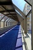 blå catwalk arkivbild
