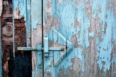 blå closeupmålarfärg som skalar det lantliga skjulet Royaltyfri Foto