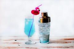 Blå coctail i ett glass exponeringsglas fotografering för bildbyråer