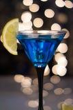Blå coctail i martini exponeringsglas med skivan av citronen arkivbild