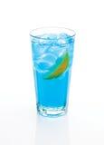 Blå coctail med citronen och is Arkivfoto