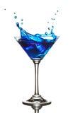 blå coctailcuracao färgstänk royaltyfria foton
