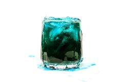 Blå coctaildrink med isgröngölingisolaten Royaltyfri Foto