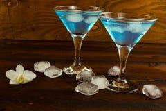 Blå curacao likör i en martini exponeringsglas Royaltyfri Fotografi