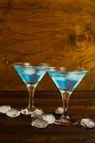 Blå curacao likörcoctail i en martini exponeringsglas Royaltyfri Foto