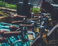 Blå cykel på kafét royaltyfria foton