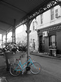 Blå cykel på svartvitt Royaltyfri Bild