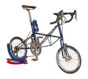 Blå cykel som isoleras på en vit bakgrund med den snabba banan Royaltyfria Bilder