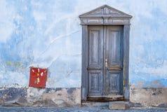 Blå dörr för tappning med ett handlag av rött Arkivfoton