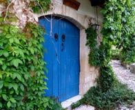Blå dörr i en gränd Fotografering för Bildbyråer