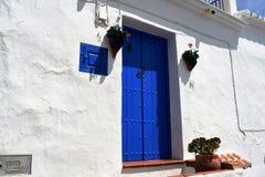 Blå dörr i Frigiliana, spansk vit by Andalusia Fotografering för Bildbyråer
