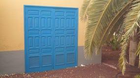 Blå dörr i Fuerteventura med palmträdet Royaltyfri Fotografi