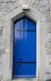 Blå dörr i kalkstenvägg arkivbilder