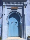 Blå dörr i Marocko arkivbild
