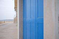 Blå dörr i Monopoli arkivfoto