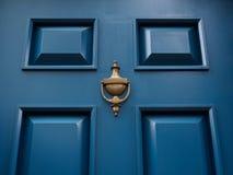 Blå dörr med knackaren Fotografering för Bildbyråer